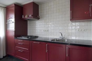 Bloedrode keuken met handgemaakt werkblad