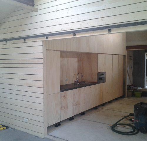 Keuken voor een zomerverblijf met keukenblad van beton door Hop Interieurs in Vaassen